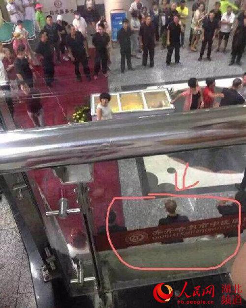 网友在安良电梯抢尸视频中发现齐齐哈尔中医院字样。